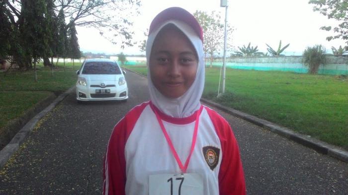 Ariani (16) siswi kelas XI IPA 4 SMA 4 Bantimurung menjadi pembawa baki bendera merah putih saat upacara peringatan HUT ke 71 RI